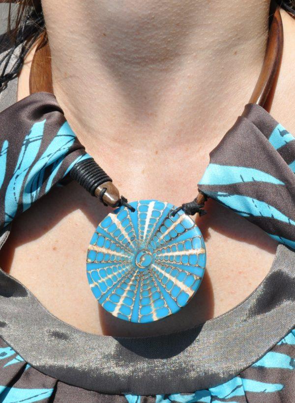Sukienka mini z naszyjnikiem modelka zoom