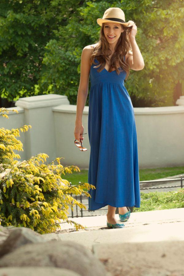 Sukienka bawelniana maxi na ramiaczkach niebieska modelka front