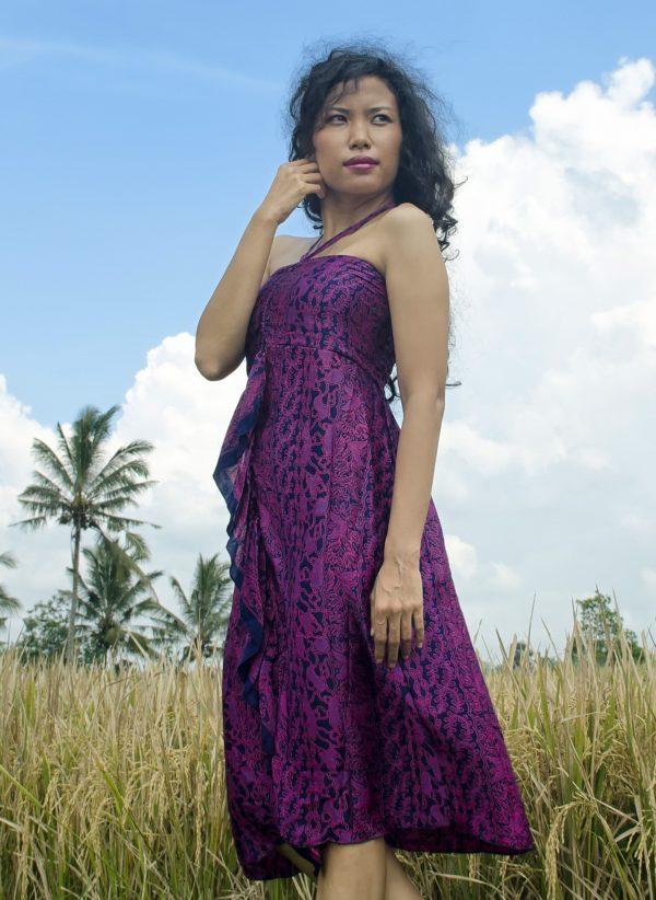 Sukienka jedwabna midi, podkreślająca dekolt, wiązana na szyi, modelka front