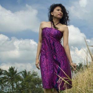 Sukienka jedwabna midi, podkreślająca dekolt, wiązana na szyi, modelka icon