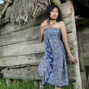 Robe midi en soie bleue, soulignant le décolleté