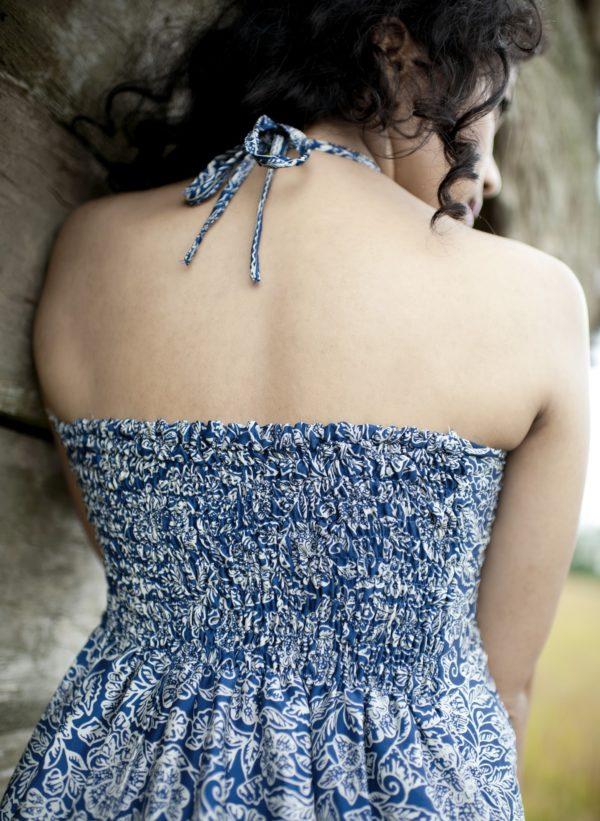 Sukienka jedwabna midi z wiązaniem na szyi i falbaną Kintamani modelka back