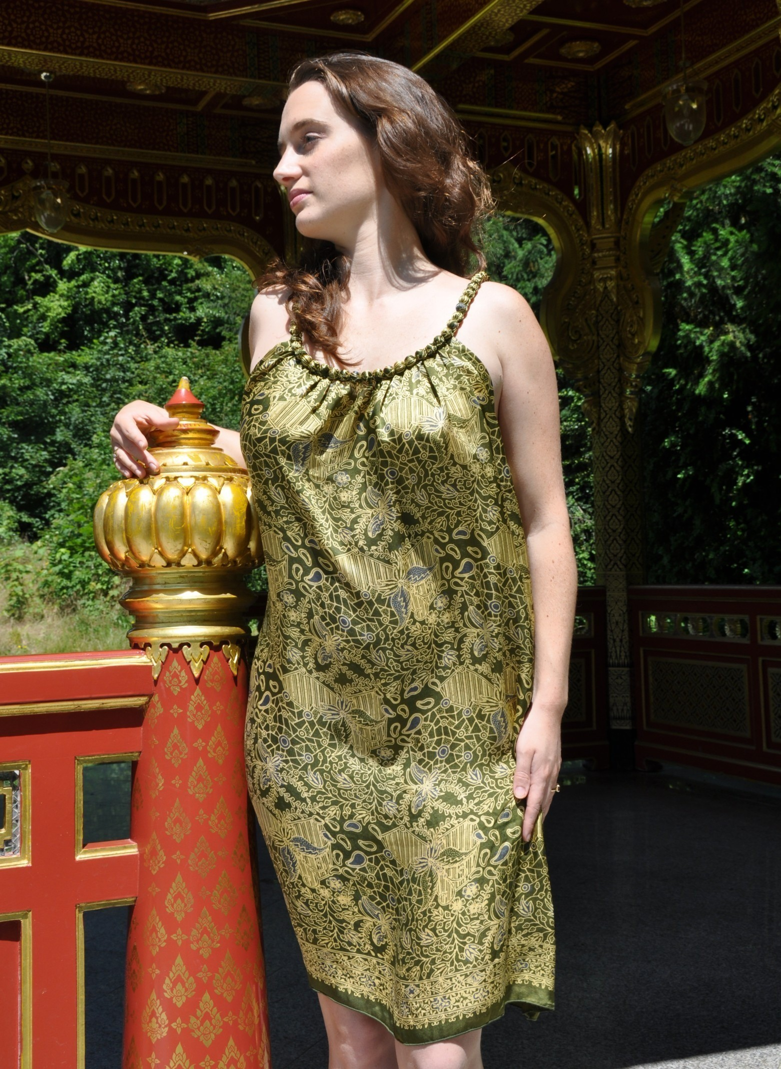 Sukienka jedwabna mini z naszyjnikiem Uluwatu modelka front