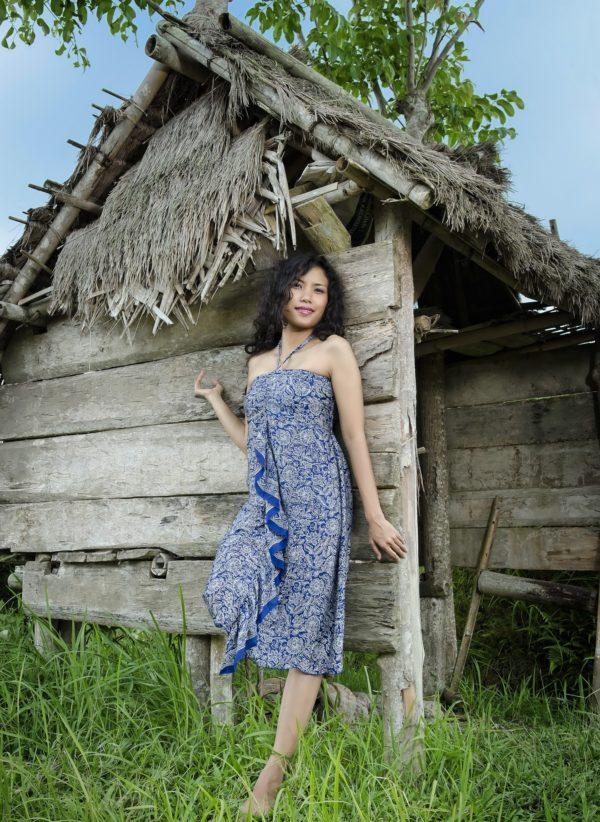 Sukienka jedwabna mini z wiązaniem na szyi i falbaną Kintamani modelka front