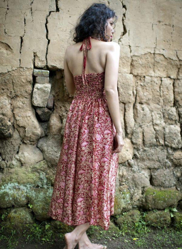 Sukienka maxi z naturalnego jedwabiu z wiązaniem na szyi i profilowanym dekoltem Singaraja modelka back