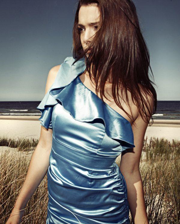 Sukienka satynowa na jedno ramię model