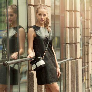 Minimalistyczna sukienka z imitacji skóry